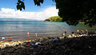 The best water entrance for snorkeling Honolua Bay is over the rocks to the right of the old boat ramp.