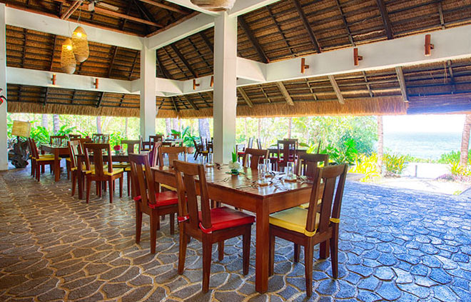 Enjoy your meals in the open air restaurant at Amun Ini Resort.