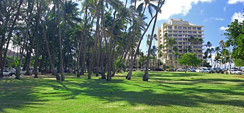 Parking on both sides of the split two-way Kalakaua Avenue for snorkeling Queens Beach & Sans Souci Beach